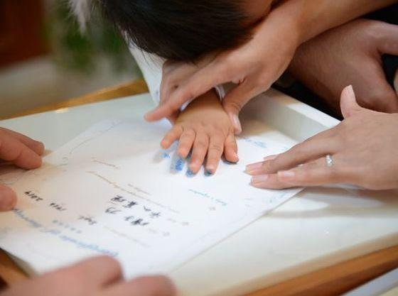 お子様も一緒に記念の手形サインを