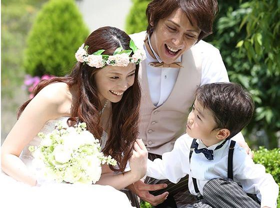 ガーデンで挙式後は家族で記念撮影