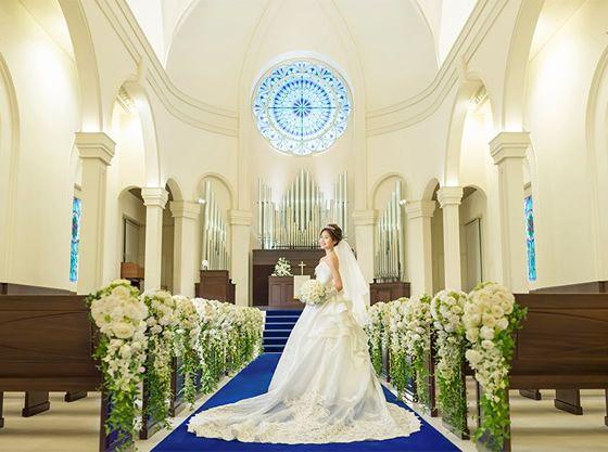 青いバージンロードでママのドレス姿をより美しく・・・