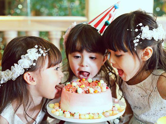 笑顔が弾ける♪スイーツいっぱいのテーブルで甘くて楽しいパーティーも