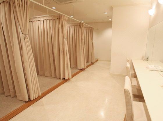 ゲスト用更衣室も完備。お子様も一緒に着替えられるから安心