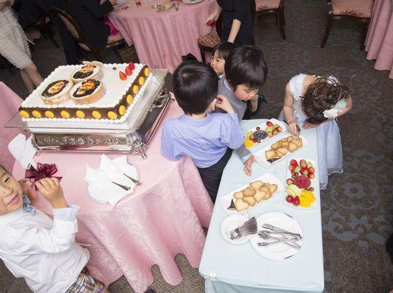 お子様ゲストも参加♪みんなで作っちゃう幸せのウェディングケーキ♪お子様参加の演出で飽きないで楽しめる工夫のひとつ♪