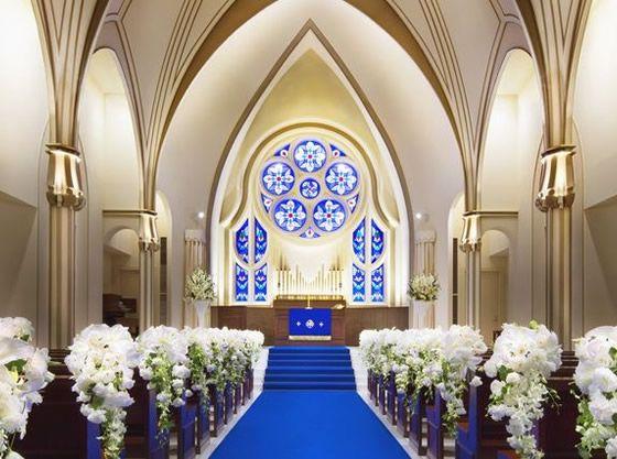 神秘的なブルーのステンドグラスが印象的な本格大聖堂