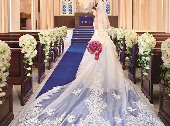 ロイヤルブルーのバージンロードがドレスを美しく魅せる