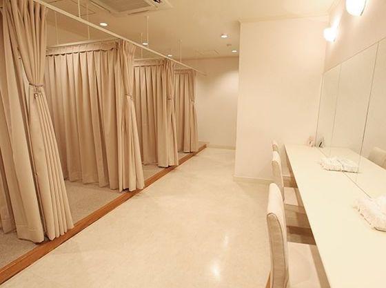 ゲスト用更衣室。広々しているのでお子様連れの方もゆったり