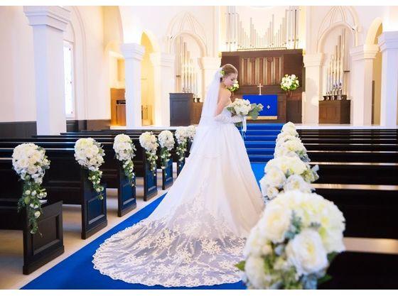 高さのある聖壇でゲスト全員が見守る中ふたりの誓いが交わされる