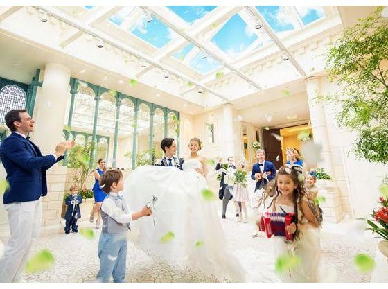式を終えて扉をあけた瞬間、青空と緑とゲストの笑顔に包まれる
