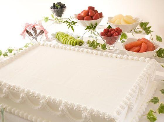 色とりどりのフルーツでゲストが飾るウエディングケーキ