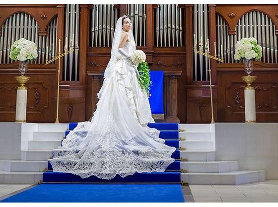 ロイヤルブルーのバージンロードは純白なドレスがきれいに映える
