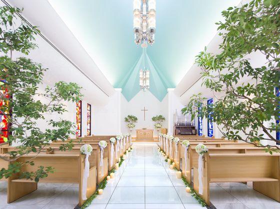 青空を思わせる高い天井が印象的なチャペル