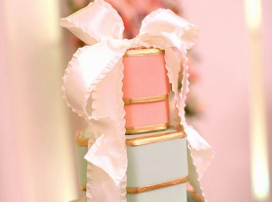 プレゼントボックスを重ねたようなウエディングケーキもお子様に大人気。