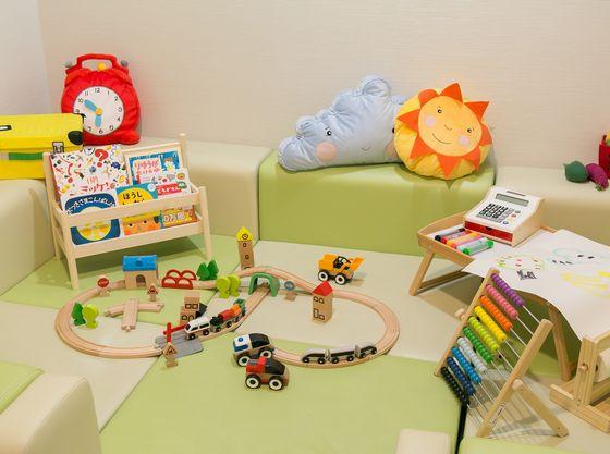打合せサロン併設のキッズルーム。絵本やおもちゃがたくさん。
