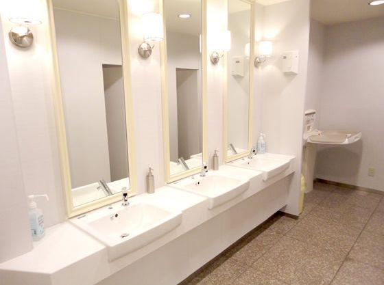 サロン階にある化粧室には、オムツ交換台も完備。
