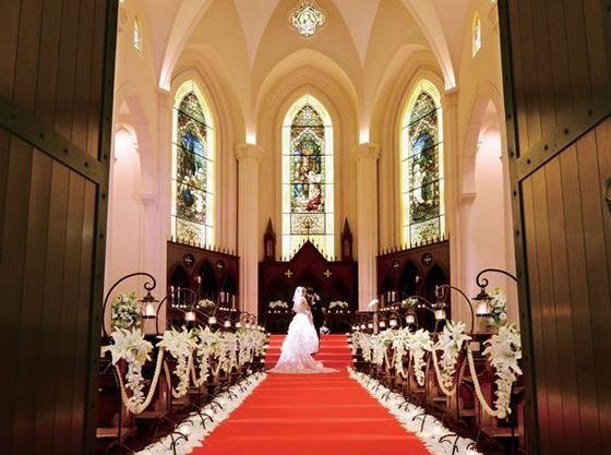 重厚な木の扉が開かれると、18mもの真紅のバージンロードが。