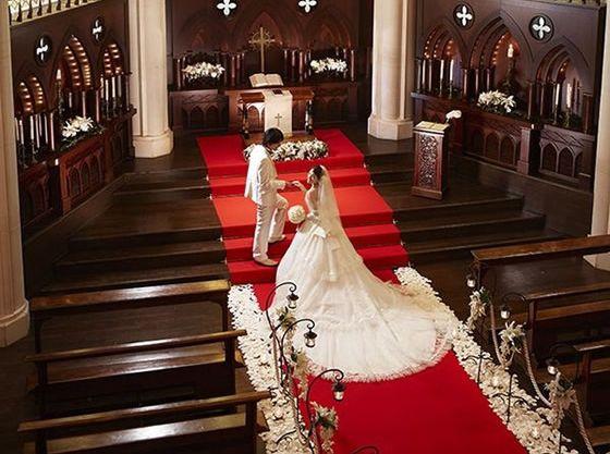 挙式当日は愛する新郎とともに誓いのステージへ。