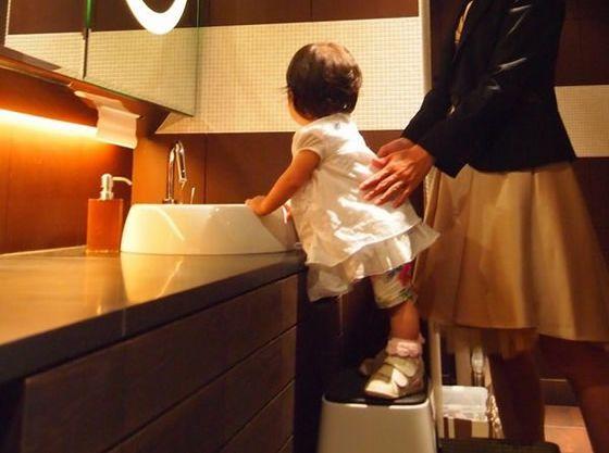 お子さま用ステップで洗面所のご利用も安心です