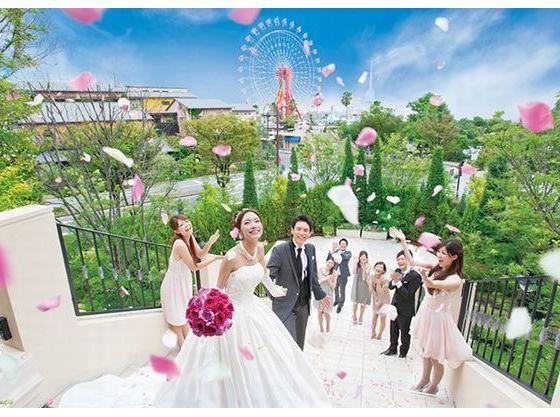 神戸の景色とゲストの笑顔に包まれてフラワーシャワー