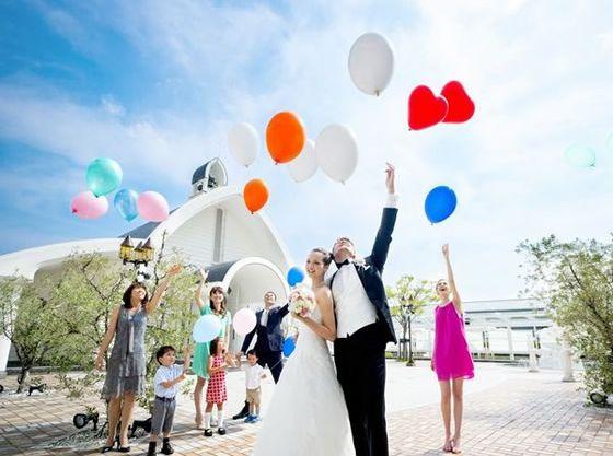 式後は大空のもと、テラスでバルーンセレモニーも人気
