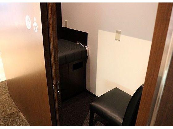 1Fエントランスには個室化されたベビールームを設置