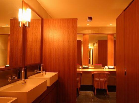 女性のお化粧室はパウダールームや着替え室のご用意がございます。