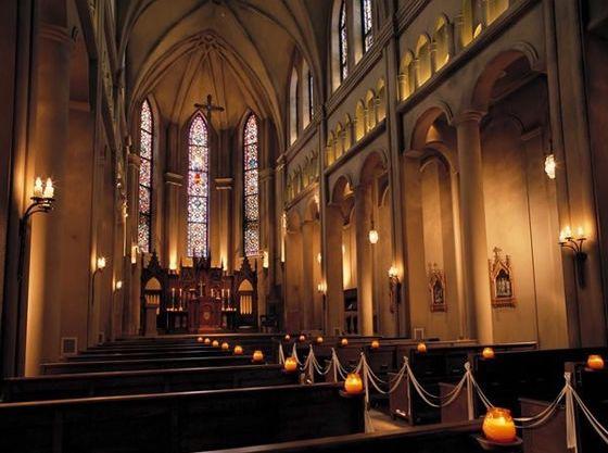 天井高15メートルでステンドグラスの美しい大聖堂です。