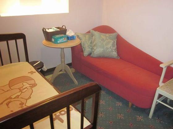 授乳室はゆったりソファで。ベビーベッドも完備でママも安心。