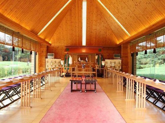 軽井沢でリゾート和婚のできる独立型神殿。着物の着付師はマタニティの花嫁さまにも安心の技術を持っています。