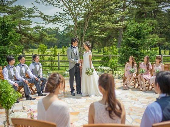 パーティールームと併設した「軽井沢 幸運の森ガーデン ルーチェ」ではゲストと緑に囲まれて挙式ができます。