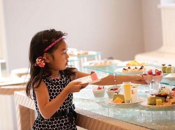 デザートブッフェはお子さまにも食べやすい小さなタルトやプリンなどもございます。