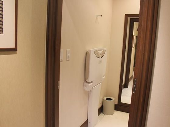 個室で内鍵のかけられる授乳スペースではオムツ替え用シートやゴミ箱も完備しています。