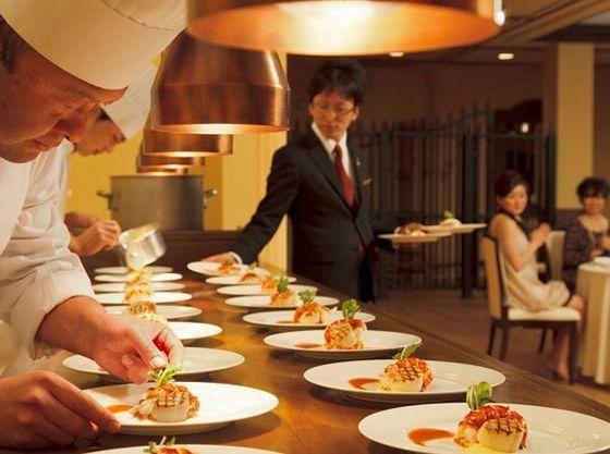 会場内のオープンキッチンでの料理パフォーマンスも
