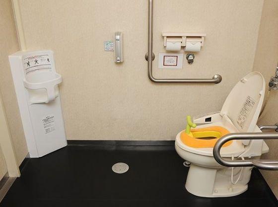 お手洗いにはお子さま専用シートも設置