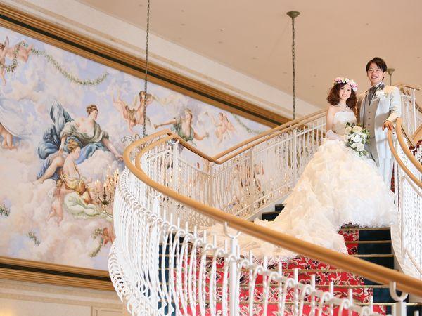中央の大階段はお子様との写真スポットにもおすすめ!