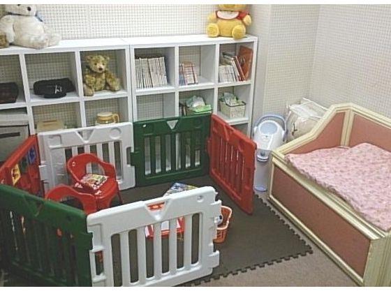個室での打合せも可能。おもちゃやベビーベッドも完備。