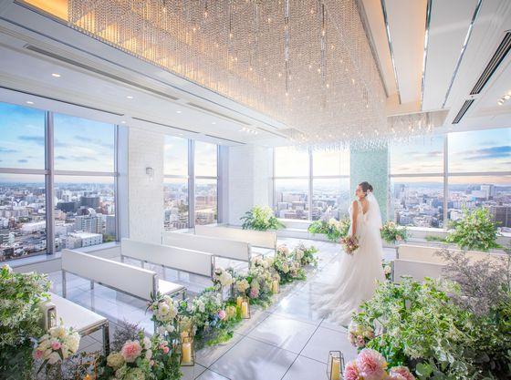 21階/空、雲、水が溢れる空間でゲストと景色がおふたりを祝福