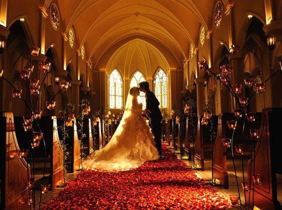 バラのレッドカーペットで大人の雰囲気漂うチャペルを堪能