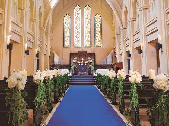 天井高やステンドグラスが温かみのある大聖堂で神聖な教会式や人前式も可能