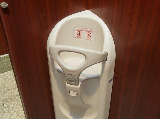 トイレの個室内にもベビーシートやベビーベットなどございます