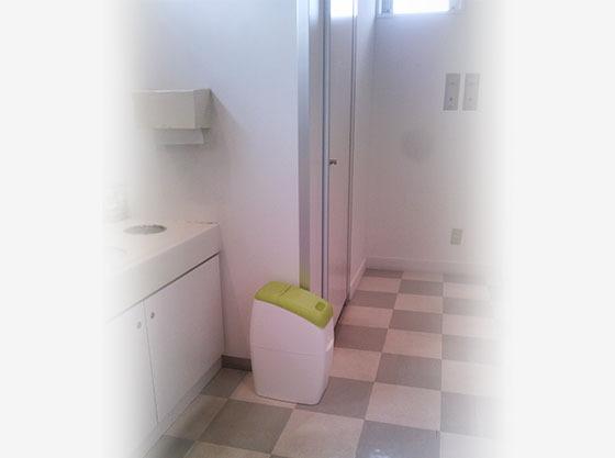 トイレにはオムツを捨てる専用のゴミ箱も設置。