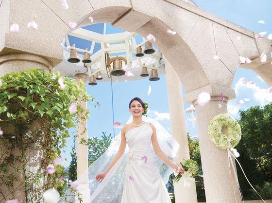 挙式後はお庭で幸せの鐘とフラワーシャワーのセレモニー