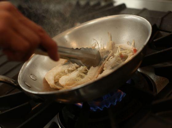 隣接キッチンからお届けする、熱々出来立てのお料理は必見!