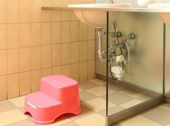 お手洗いにはお子様用のステップ台もございます。