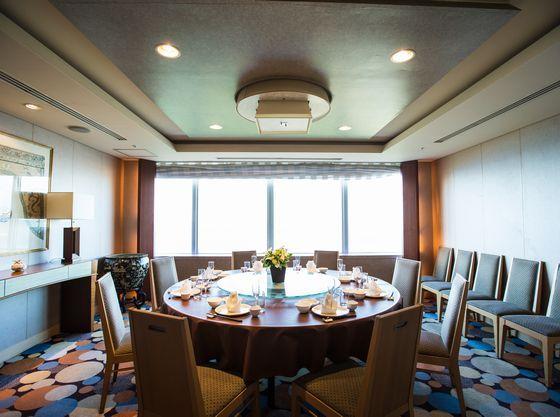 ラグナガーデンホテル最上階のレストランでアットホームなお食事会。