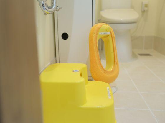 トイレ内には、お子様用の便座やステップを完備いたしております。
