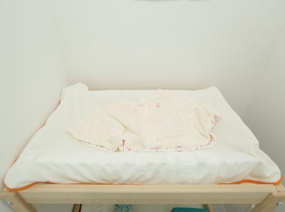 授乳スペース内には、オムツ替え用のベッドやゴミ箱もございます。