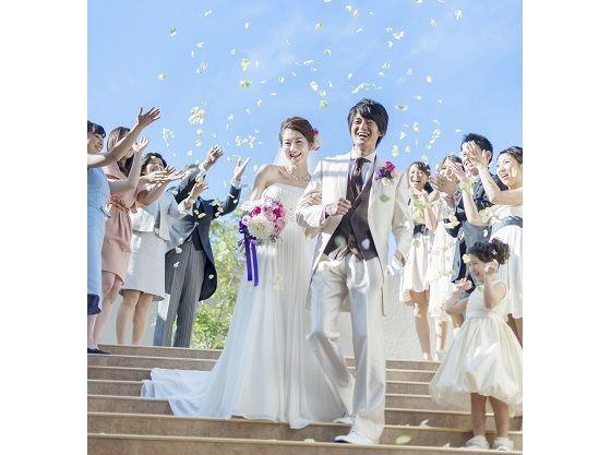 挙式後の演出は京都で唯一の大階段で盛大なフラワーシャワー♪