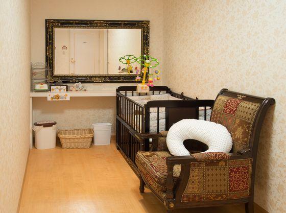 授乳室はオムツ替えやママのメイクも可能。