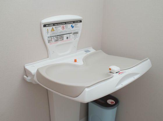 授乳室・多目的トイレにオムツ替えシートを完備
