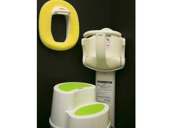 多目的トイレにはお子様補助便座&ステップをご用意しております♪