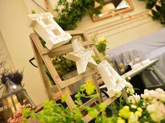 専属のスタッフたちが、お2人らしい結婚式をサポート。メインテーブルにお子様席も作れる。